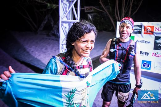 Avec Jakeline et son drapeau guatémaltèque.